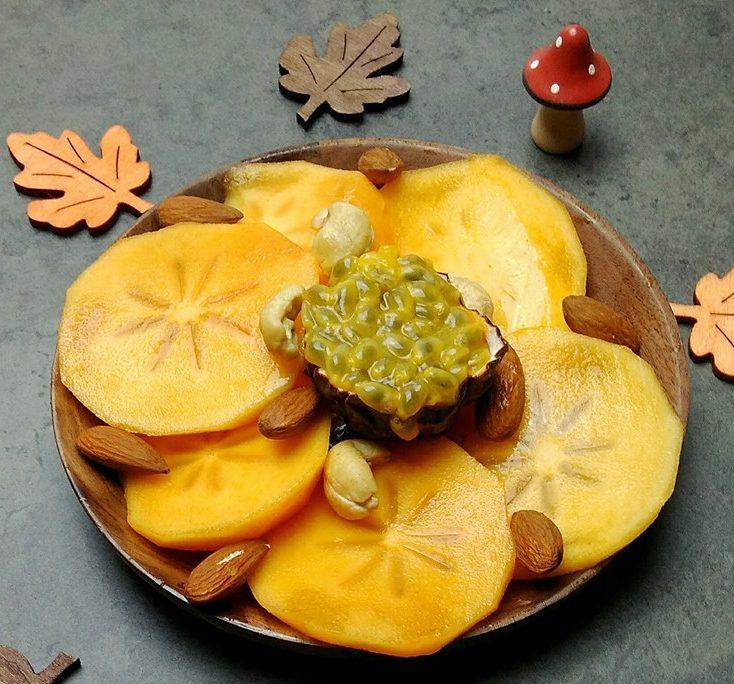 Assiette de kaki et fruit de la passion